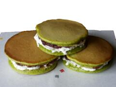 http://www.hibiki-an.com/images/products/tearecipes/matchadorayaki/Dorayaki1.jpg
