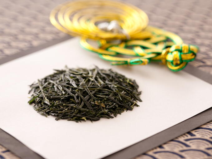 Tea leaves are shiny with a deep green color. The aroma is young and fresh.