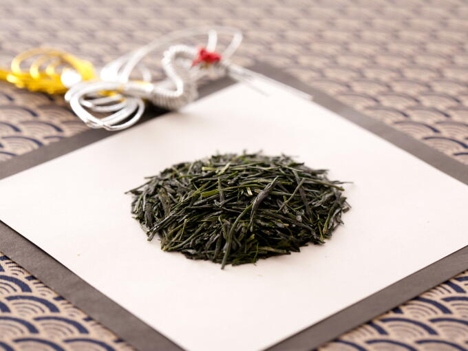 Tea leaves are shiny and fine with a deep green color. The aroma is young and fresh.