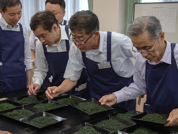 The National Tea Competition is held a few times a year in Japan in order to improve Japanese tea agricultural and manufacturing techniques, and to congratulate and encourage those that have produced outstanding tea.