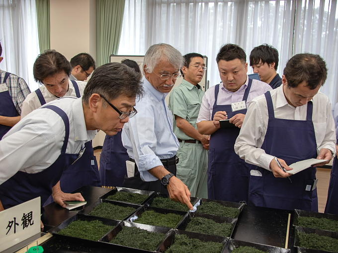 Executives of the tea industry association serve as judges of the exclusive competition. They strictly judge and critique the contributed teas to provide feedback to tea farmers and producers in order to improve Japanese tea.