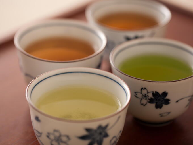 Starting from the left on front row, Genmaicha and Genmaicha Matcha-iri. From the left on back row, Houjicha and Houjicha Karigane.