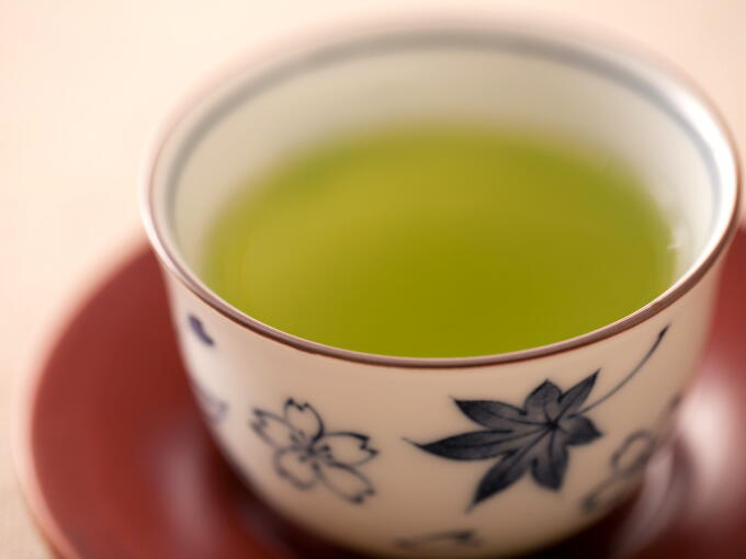 Matcha coating the Sencha leaves and rice adds a mellow taste to the rich and nutty flavor of Genmaicha.