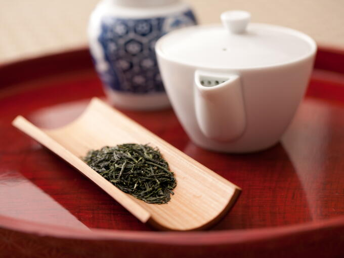 Our Kuradashi Gyokuro Pinnacle has an elegantly deep mellow and sweet aroma. Through aging the tea leaves in the traditional way, the unique noble aroma is deepened.