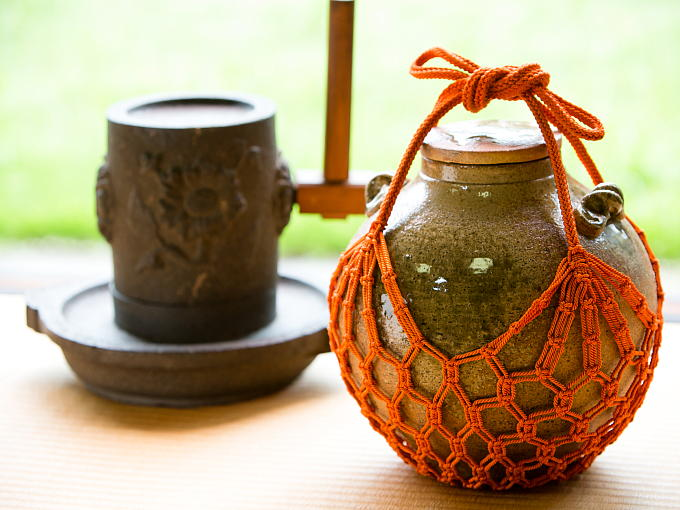 The tea jar was used to mature Kuradashi Tea. Long ago when these special storage facilities did not exist, people continuously tried to keep tea leaves in good condition and to deepen the flavor.