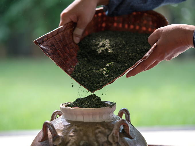 Today the Kuchikiri no Gi ceremony is still held by the local tea industry and a school of Teaism at Kosho Temple in Uji on the first Sunday of October every year in order to honor the forerunners who contributed to developing Japanese tea culture.