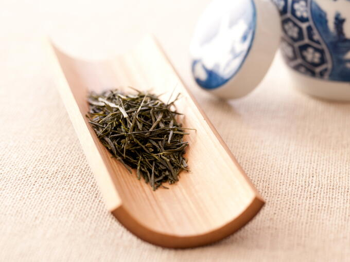 Tea leaves have a smooth and gentle astringent aroma. Tea leaves of traditional Sencha (Uji/Kyoto style) are shiny, deep green, and not too fine but moderate in size.