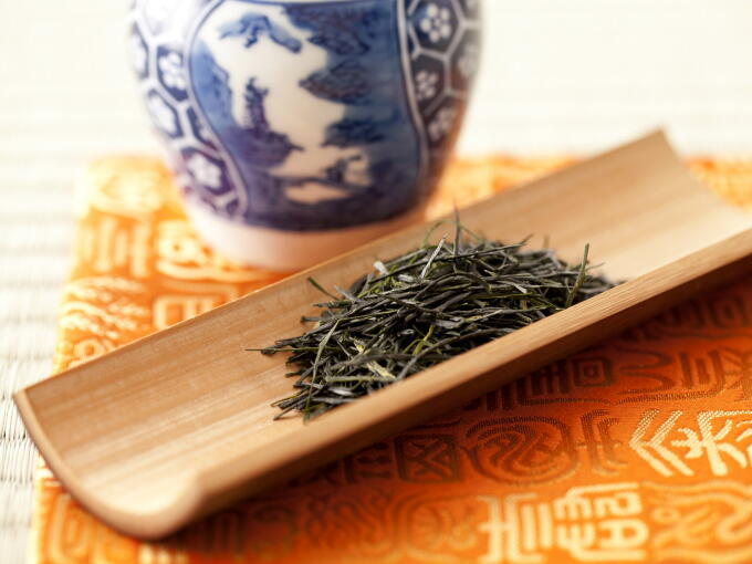 Shincha Gyokuro tea leaves have more of a smooth sheen than regular Gyokuro. The sheen hints at the fresh flavor.