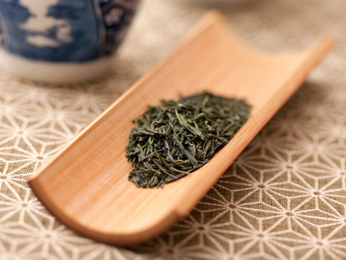 Our Kuradashi Gyokuro Super Premium has an elegantly deep mellow and sweet aroma. Through aging the tea leaves in the traditional way, the unique noble aroma is deepened.